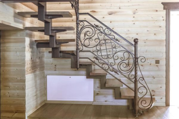 Лестница внутреняя с кованым ограждением