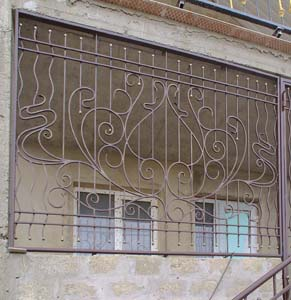 Кованые оконные решетки и веранда