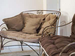 Кованый диван с мягкими подушками