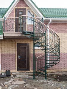 Лестница наружная с кованым ограждением полувинтовая