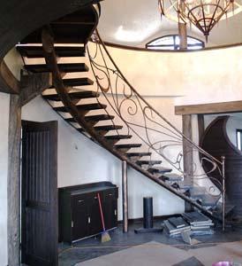 Лестница внутренняя с кованым ограждением