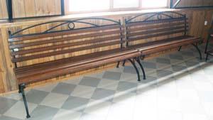Простая металлическая скамейка
