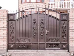 Стандартные кованые ворота со встроенной калиткой
