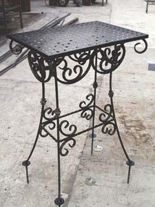 Столик с элементами ковки