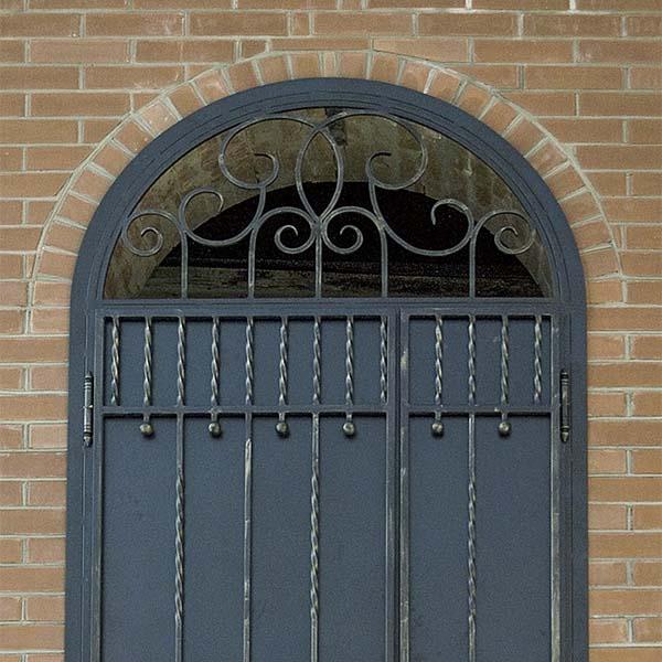 Дверь с элементами ковки