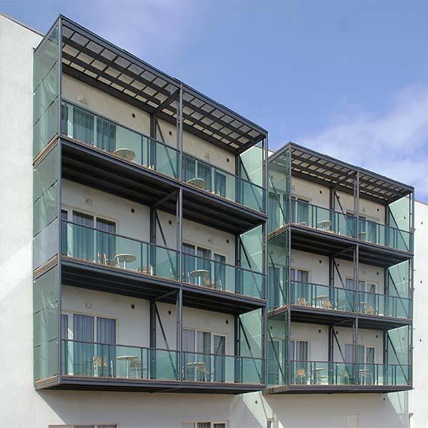 Трехчастные металлические балконы с стеклянным ограждением